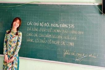 Bất ngờ với dòng chữ đáng yêu của chú bộ đội trên bảng lớp học mùa dịch