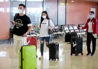 """Thoát """"cách ly tập trung"""", hành khách hân hoan khi xuống sân bay Nội Bài về thẳng nhà"""