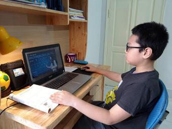 """Con học trực tuyến ở nhà, bố mẹ """"nhấp nhổm"""" khi đi làm trở lại"""