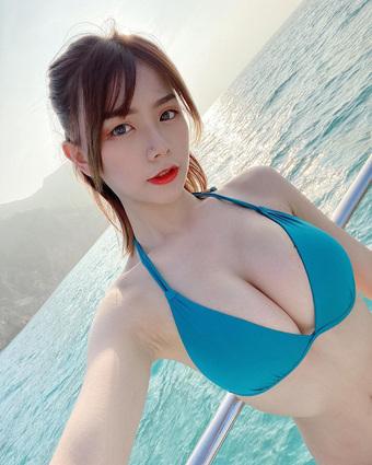 Lấy khẩu trang làm bikini rồi nhảy múa gợi cảm, nàng hot girl nóng bỏng vấp phải nhiều ý kiến trái chiều