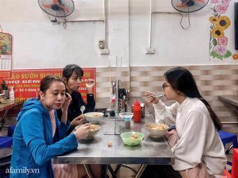 Trời mưa gió lạnh, người Hà Nội vẫn ra đường ăn bát cháo sườn