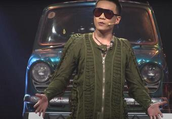 Trời không mưa Wowy vẫn mặc áo mưa đến 'Rap Việt' thì sao?
