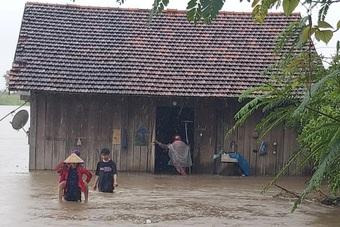 Hàng chục hộ dân chìm trong biển nước phải khẩn trương sơ tán