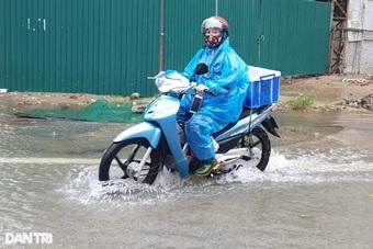"""Mưa lớn nước ngập cả mét, phương tiện giao thông """"bơi"""" trên đường"""