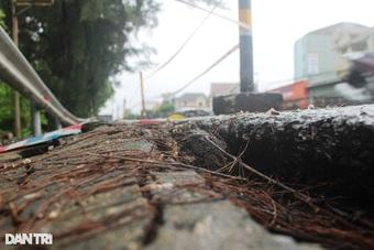 Mưa lớn gây sạt lở, tắc đường nhiều nơi