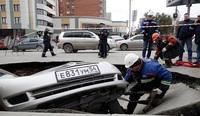 Hố nước sôi bí ẩn nuốt chửng 2 xe hơi trên đường phố Nga