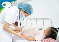 Bé 9 tuổi viêm não, tổn thương cơ tim do sốt xuất huyết, BS cảnh báo không chủ quan, tự điều trị bệnh tại nhà cho trẻ