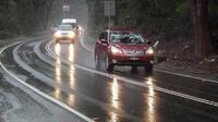 Di chuyển trong mưa bão bằng ô tô cần nhớ những điều này