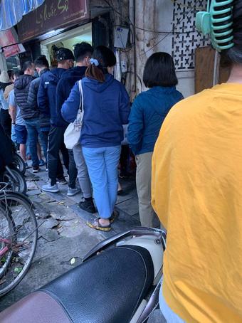 """""""Tết Phở"""" ở Hà Nội sau 2 tháng giãn cách: Người dân chấp nhận xếp hàng dài, chờ hơn 40 phút để được thưởng thức một bát phở!"""