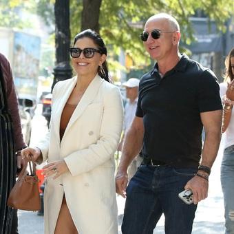 """Tỷ phú Jeff Bezos và bạn gái """"đốt mắt"""" người qua đường tại New York"""