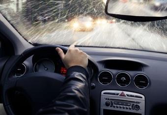 """Các hệ thống hỗ trợ lái dễ trở nên """"vô dụng"""" khi trời mưa"""