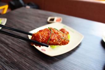 Món ngon cuối tuần: Đậm đà cánh gà sốt lá chanh kiểu Thái
