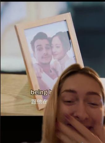 """Cô gái phát hiện bức ảnh mình chụp cùng bạn trai bị photoshop đưa vào trong một bộ phim, đúng là không thể """"đùa"""" với giác quan thứ 6 của phụ nữ"""