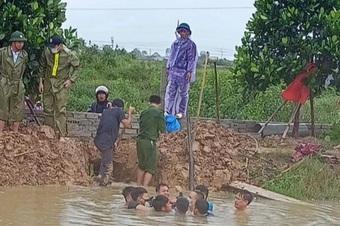 Người đàn ông bị nước cuốn vào cống, vợ giải cứu bất thành