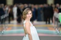 Emma Watson nhìn cũng thường thôi cho đến khi cô quay lưng lại!