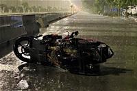 Tự đâm vỉa hè rồi văng vào gốc cây trong đêm mưa, 2 thanh niên chạy xe máy thương vong