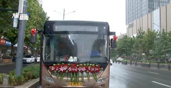Hình ảnh trong đám cưới cực sốc: Không ngồi yên vị trong xe hoa, cô dâu biến thành tài xế vì lí do đặc biệt!