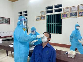 Phú Thọ thần tốc lấy mẫu xét nghiệm, phát hiện nhiều ca nghi dương tính với SARS-CoV-2