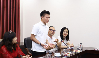 """Cầu thủ """"mlem"""" nhất nhì Đội tuyển Việt Nam vừa trở thành tân sinh viên Kinh tế, mặc áo trắng đi học vẫn soái ca không khác gì ngoài sân cỏ"""