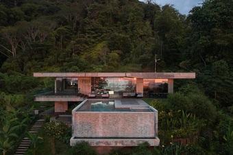 Biệt thự nghỉ dưỡng giữa rừng với bể bơi nhiều màu bắt mắt