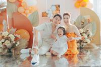 Con gái Pha Lê diện đồ Hanbok đáng yêu trong tiệc sinh nhật 1 tuổi, vợ chồng Mạc Văn Khoa bế nhóc tỳ đến tham dự