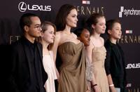 Con gái từng có ý định chuyển giới của Angelina Jolie gây sốt khi lần đầu mặc váy cùng mẹ và các anh chị em xuất hiện trên thảm đỏ