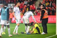 Cầu thủ bị điếc tạm thời một bên tai sau khi bị CĐV đối thủ ném pháo