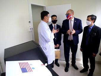 Bệnh viện Chợ Rẫy nhận máy giải trình tự gene do Hoa Kỳ tài trợ