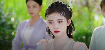 """""""Mỹ nữ 4.000 năm"""" Cúc Tịnh Y xuất hiện giữa vườn hoa cực đẹp nhưng đánh phấn trắng quá lố, netizen phản ứng ra sao"""