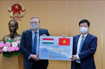 Bộ Y tế tiếp nhận vaccine COVID-19 và kit xét nghiệm nhanh của Chính phủ Hungary