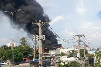 Vựa hải sản ở TPHCM đổ sập sau cháy lớn, nhiều ô tô, xe máy bị thiêu rụi