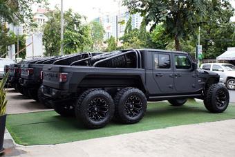 Đại lý tư nhân chào bán ''quái vật'' Jeep độ 6 bánh tại Việt Nam: Giá hơn 6,8 tỷ đồng, món lạ cho giới đại gia