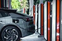Vì sao người sở hữu ô tô điện phải chấp nhận liên tục thay vỏ xe?