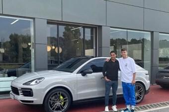 Xế Porsche bạc tỉ của sao Barcelona bị mất điểm vì… một đôi tất