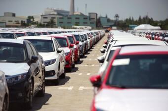 Ô tô nhập khẩu giá 400 triệu/chiếc ồ ạt cập cảng