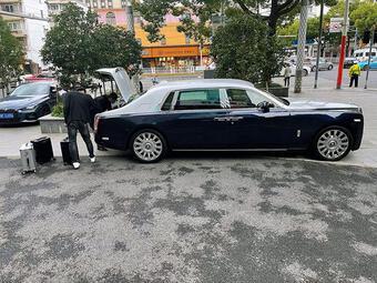 Đại gia rút 18 tỷ đồng tiền mặt bỏ vào vali, tự chở về bằng Rolls-Royce Phantom
