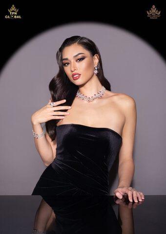 """Thân hình """"lực sĩ"""" đô con của tân Hoa hậu Hoàn vũ Thái Lan 2021 gây tranh cãi"""
