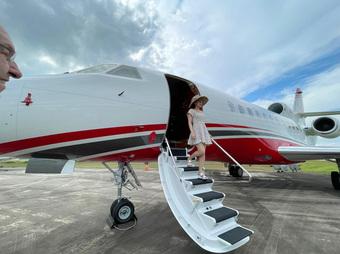 Vợ triệu phú Vương Phạm mới tung 1 con ảnh lên ''phây'', dân mạng đã phi vào hỏi: Anh chị mới mua máy bay riêng hả?