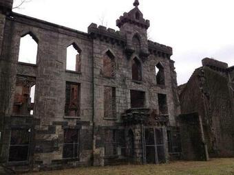 Tàn tích bệnh viện đậu mùa bị bỏ hoang giữa hòn đảo New York