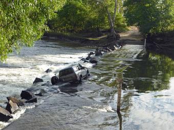 """Lái xe qua vũng nước ngập, tài xế """"khóc thét"""" khi thấy 1 thứ trồi lên chắn ngang đường"""