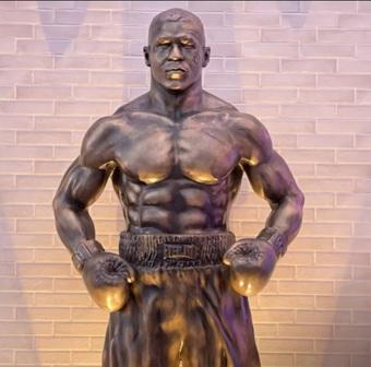 Fan bất ngờ khi chứng kiến bức tượng cao 3m được làm riêng cho Mike Tyson: Trông chẳng giống bản gốc