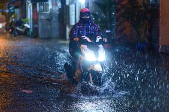 Mưa như trút nước chiều thứ bảy, một số tuyến đường TP.HCM ngập