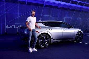 Xe sắp bán tại Việt Nam Kia EV6 đang được Rafael Nadal sử dụng nhưng có chi tiết khác thường mà Kia 'giấu nhẹm'