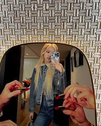 Rosé mặc áo khoác denim lót lông vừa xinh vừa ấm, phải mua một chiếc giống vậy ngay vì giá chỉ từ 199k