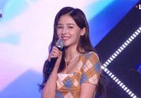 Nancy (MOMOLAND) khiến fan xót xa vì bị chấn thương nặng phải ngồi ghế biểu diễn, giật luôn spotlight vì nhan sắc như tiên tử