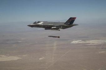 """F-35 Mỹ sẽ như """"hổ mọc thêm cánh"""" với siêu bom uy lực B61-12"""