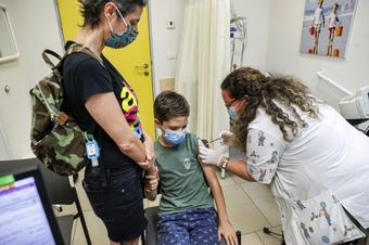 Chuyên gia khuyến nghị giới chức Mỹ cho phép sử dụng vaccine của Pfizer cho trẻ em 5-11 tuổi