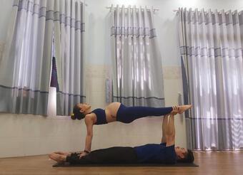 Mừng lên chức bố mẹ, cặp vợ chồng thực hiện loạt tư thế yoga siêu đỉnh