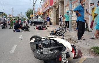 Rùng mình khoảnh khắc ô tô mất phanh, đâm bay hàng loạt xe máy