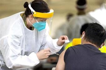 Australia đẩy nhanh tiêm vaccine tăng cường cho người trưởng thành